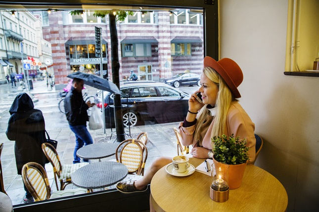 Sofie Lindblom on the phone in a café