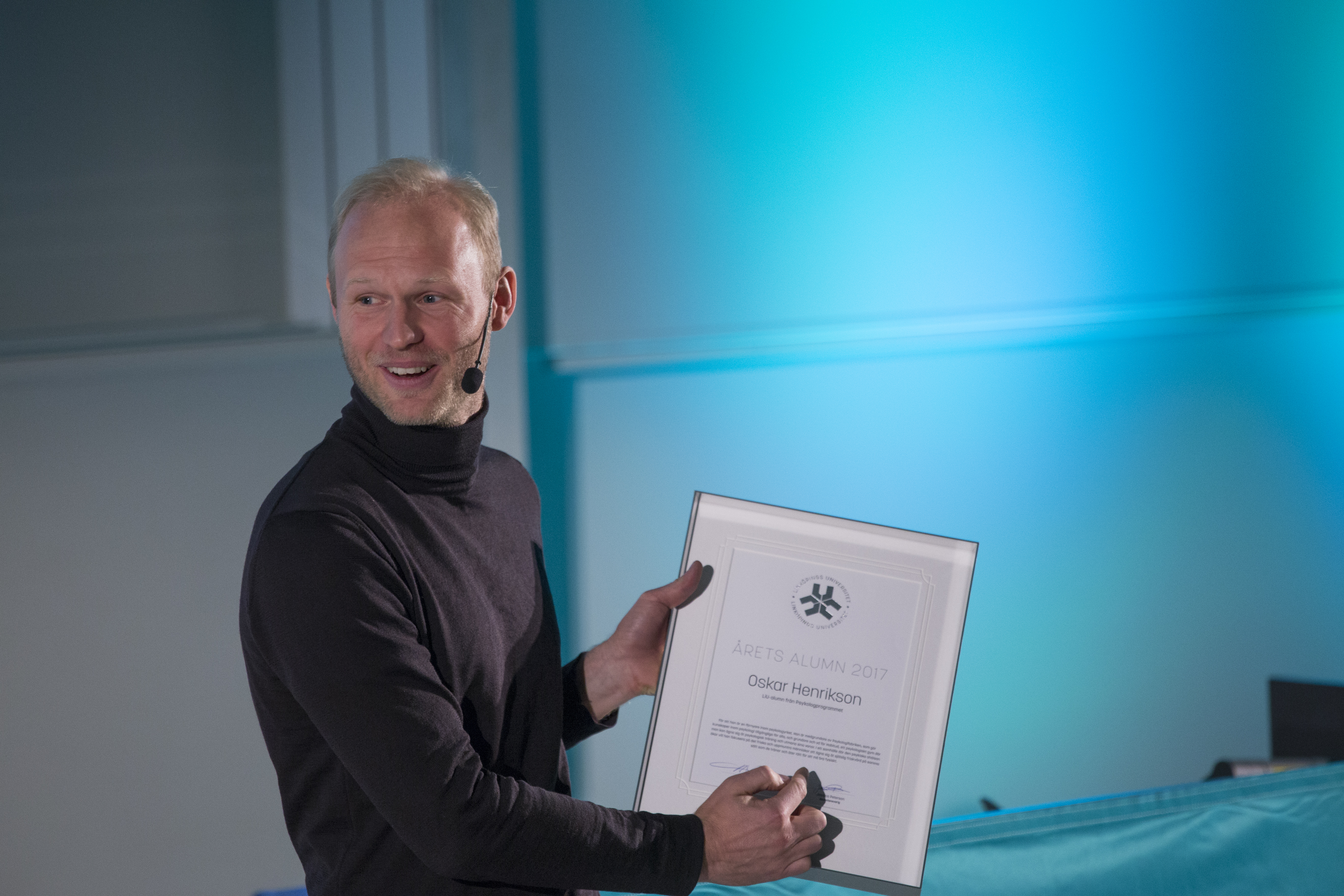Oskar Henrikson with diploma at the Alumni of the Year ceremony 12 October 2017