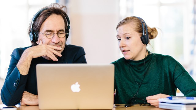 Teachers Magnus Johansson and Maria Karlsson at the computer.
