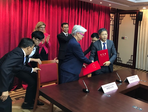The collaboration agreement between the vice-chancellors of Linköping University and Guangzhou University is signed.