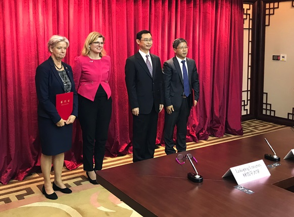 Two collaboration agreements signed, from the left Helen Dannetun, Vice-Chancellor of LiU, Helena Balthammar, Mayor of Linköping, Wen Guohui, Mayor of Gungzhou, and Wei Minghai, Vice-Chancellor of Guangzhou University.