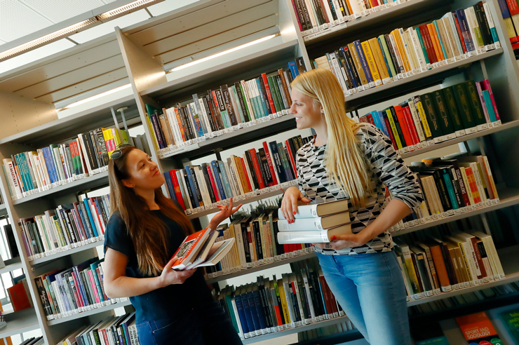 Studenter på biblioteket. Linköpings universitet.