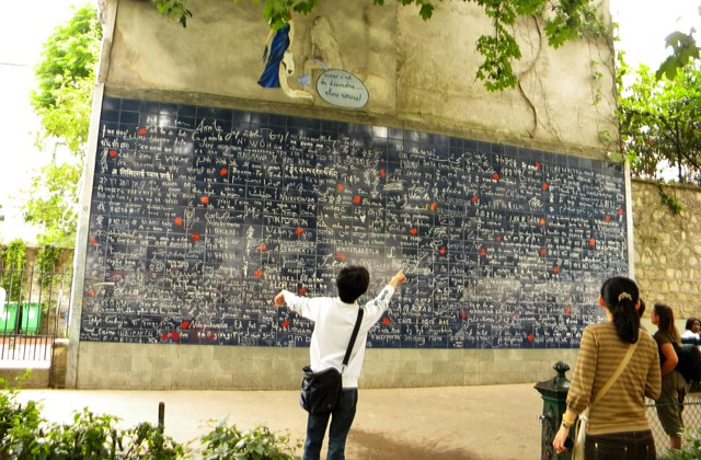 Le mur des je t'aime. Place des Abbesses, Paris. By Britchi Mirela [CC BY-SA 3.0  (https://creativecommons.org/licenses/by-sa/3.0)], from Wikimedia Commons.