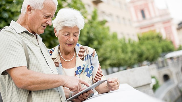 Äldre par tittar på en läsplatta / An older couple looking at a tablet
