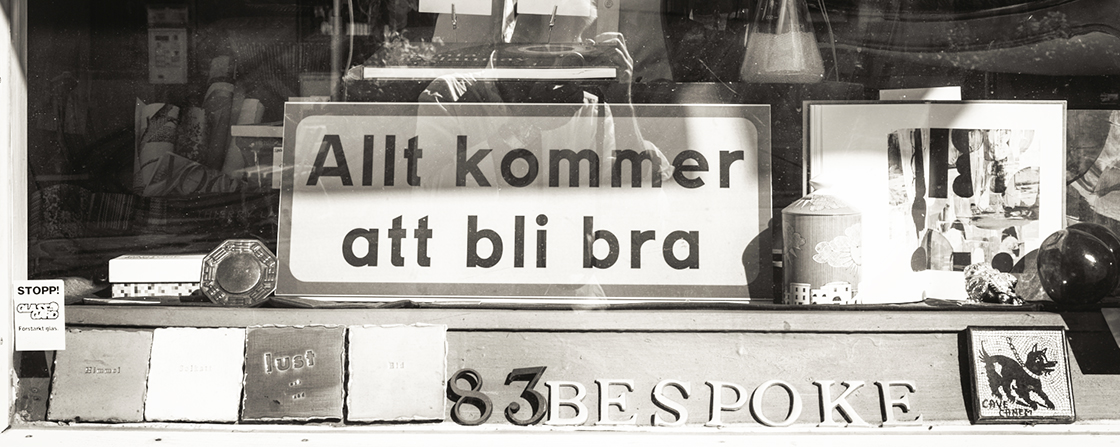 "En skylt ""Allt kommer att bli bra"" i ett skyltfönster / A sign ""Everything will be fine"" in a shop window"