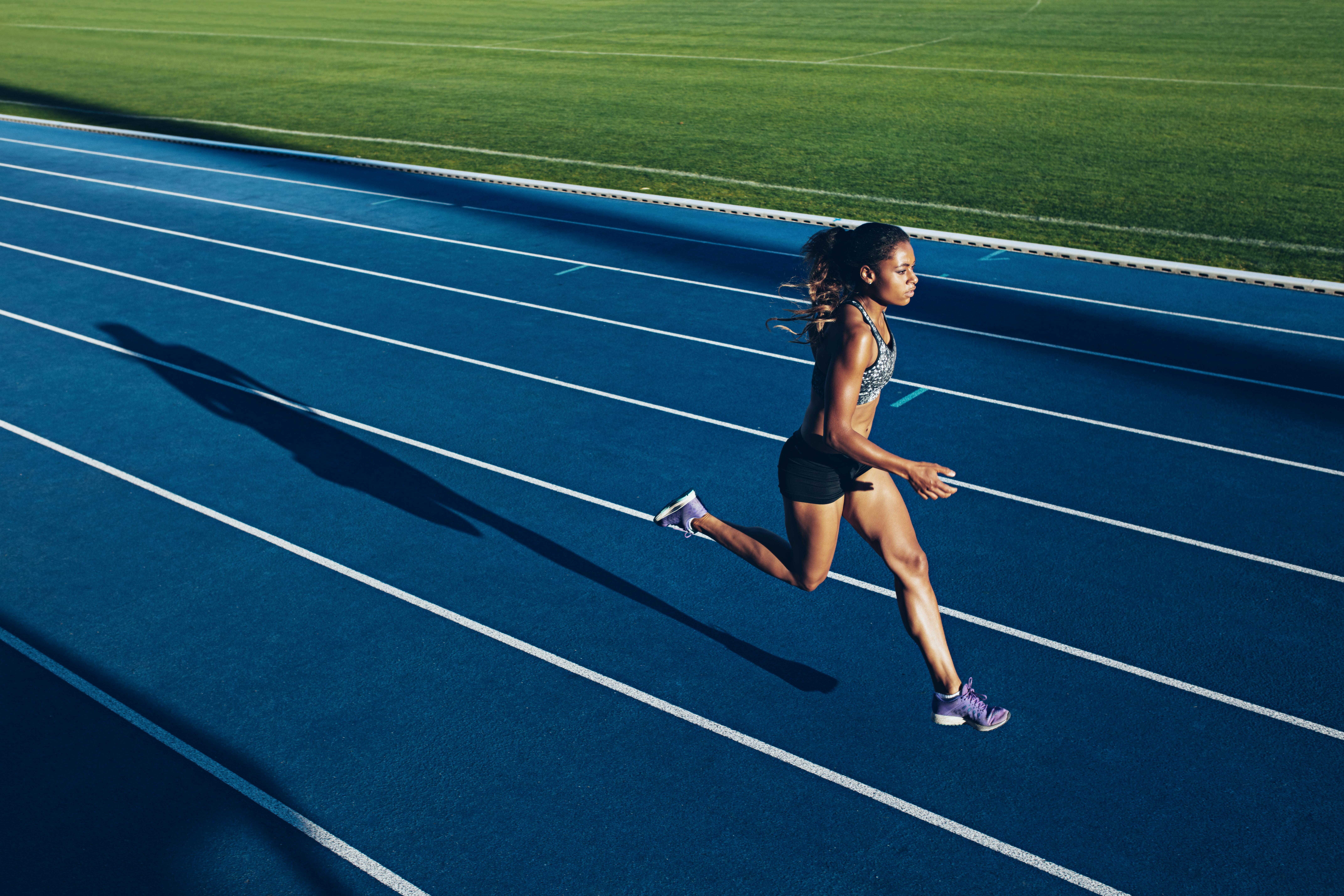 kvinna på löpbana
