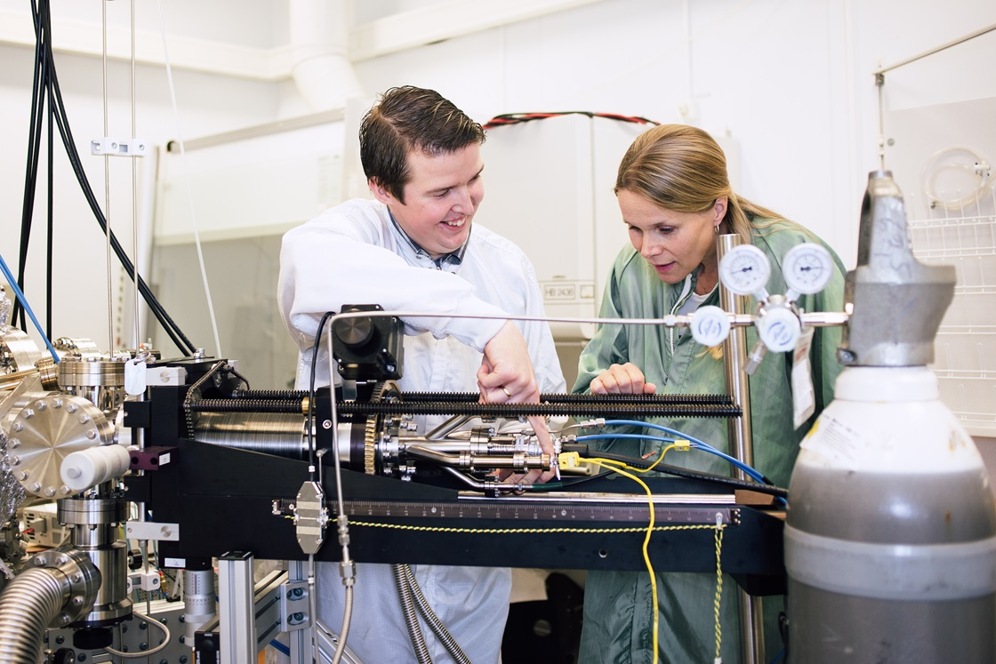 Johanna Rosén and colleague in the lab