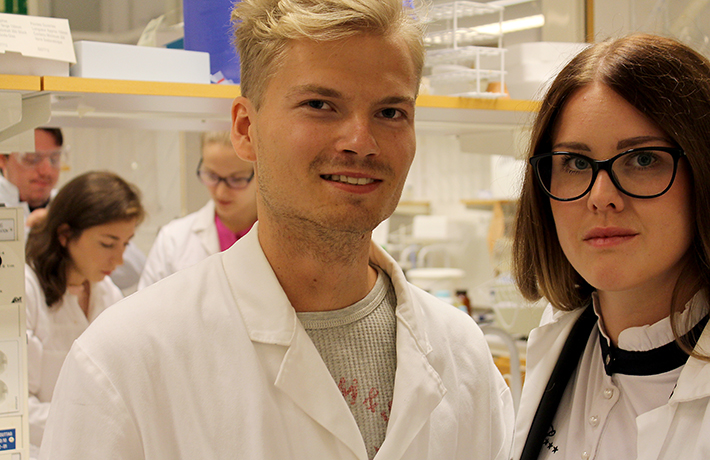William Rudin och Lisa-Marie Erlandsson i labbet