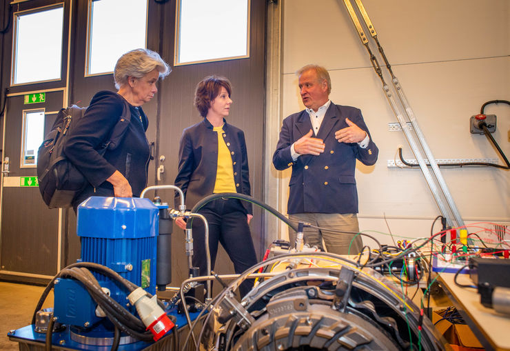 Helen Dannetun, Matilda Ernkrans, minister of higher education and research, and Lars Nielsen in the vehicle laboratory at LiU.