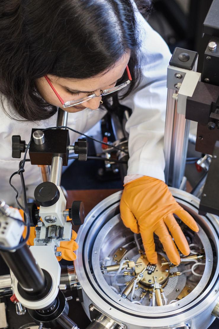 Tanvi Upreti är doktorand vid avdelningen Komplexa material och system har utfört de praktiska experimenten tillsammans med förste författaren Guangzheng Zuo. Tanvi Upreti, doctoral student at the Division for Complex Materials and Devices, who carried out the experiments together with the first author, Guangzheng Zuo.