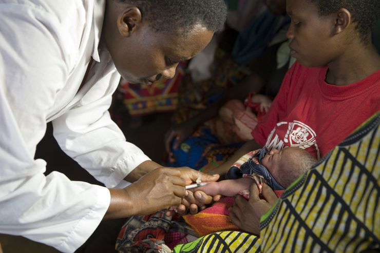 Rukogo Near Kayanza 2013-09-23 A baby is vaccinated against tuberculosis in a health station in Rukogo near Kayanza in the north of Burundi, 23 September 2013. Photo: Tom Schulze Foto Thomas Schulze / DPA / TT / kod 408 ref: Thomas Schulze ***BETALBILD***