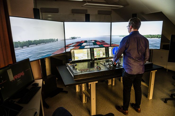 Jonas Lundberg in the simulator for maritime traffic