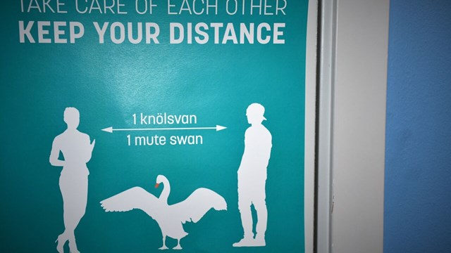 Sign about the importance of keeping distance in A-building, Campus Valla.