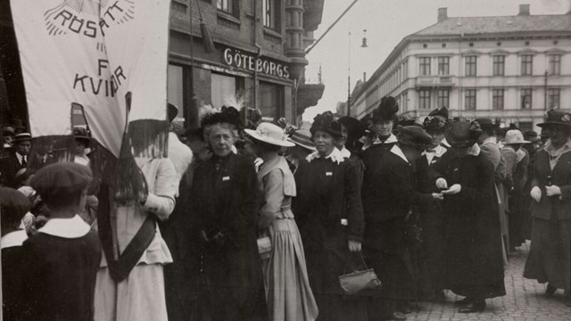 emonstration for women's suffrage, with among others FKPR President Frigga Carlberg, Gothenburg, Sweden. Black and white photography.